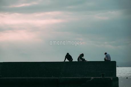3人並んでの写真素材 [FYI01224033]