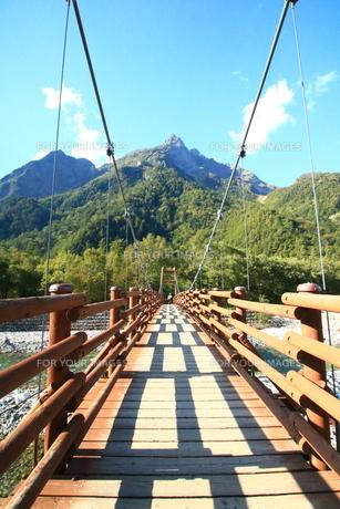 夏の上高地とつり橋の写真素材 [FYI01224051]