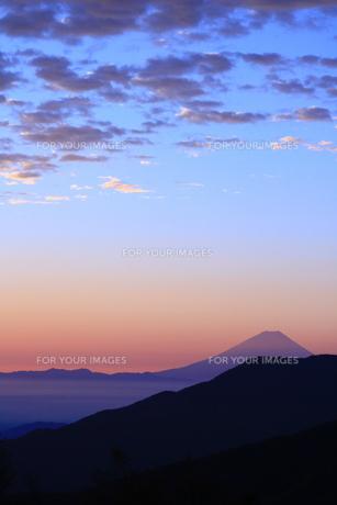 夜明けの富士山の写真素材 [FYI01224084]