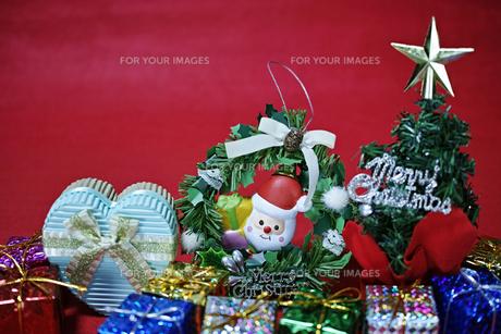 赤バックのクリスマス雑貨のスティルライフの写真素材 [FYI01224103]
