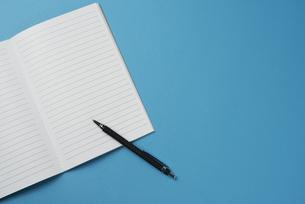 開いたノートとペンの写真素材 [FYI01224143]