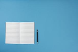 ノートとペン。左寄せverの写真素材 [FYI01224144]