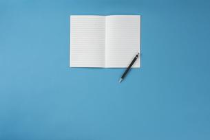 ノートとペンの写真素材 [FYI01224145]