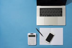 PCとノートとiPhoneと計算機とペンの写真素材 [FYI01224146]