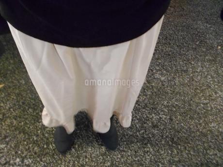 スカートが揺れるの写真素材 [FYI01224199]