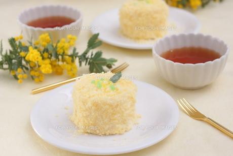 ミモザのケーキの写真素材 [FYI01224342]