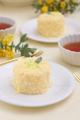 ミモザのケーキの写真素材 [FYI01224343]