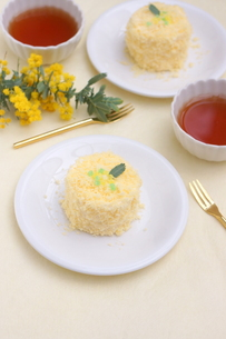 ミモザのケーキの写真素材 [FYI01224344]