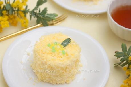 ミモザのケーキの写真素材 [FYI01224345]