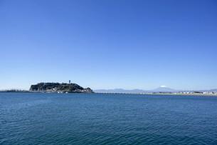 秋の海と江の島と富士山の写真素材 [FYI01224386]
