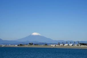 秋の海と富士山の写真素材 [FYI01224387]