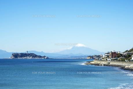 秋の海と江の島と富士山の写真素材 [FYI01224388]