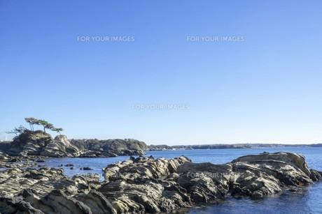 秋の海と岩と空の写真素材 [FYI01224390]