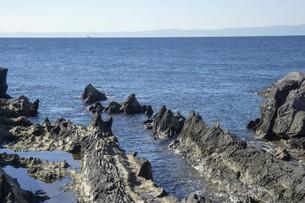 秋の海と岩と空の写真素材 [FYI01224393]
