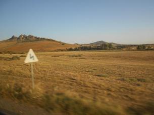 アフリカ・モロッコの大地と道路標識の写真素材 [FYI01224466]
