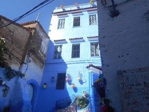 青い壁のカラフルな飾りの写真素材 [FYI01224489]