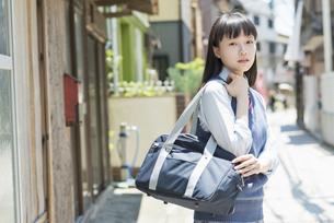 女子高生 登下校 通学路の写真素材 [FYI01224689]