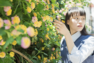 女子高生 花の写真素材 [FYI01224715]