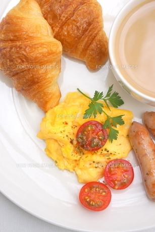 スクランブルエッグとクロワッサンの朝食の写真素材 [FYI01224838]