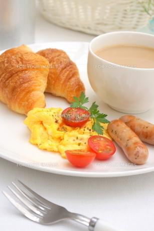 スクランブルエッグとクロワッサンの朝食の写真素材 [FYI01224839]