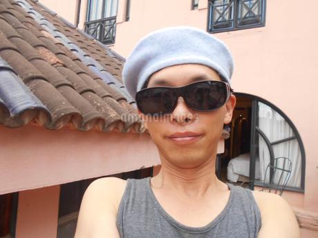 ベレー帽×サングラス×タンクトップの写真素材 [FYI01224934]