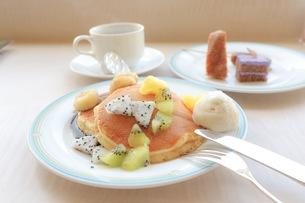 フルーツパンケーキの写真素材 [FYI01224941]