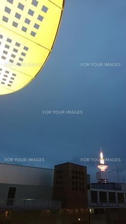 夜とタワーと屋根の写真素材 [FYI01225017]
