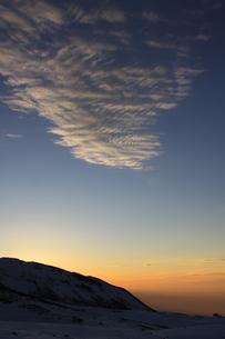 室堂からみた夕暮れの空(弥陀ヶ原方面)の写真素材 [FYI01225342]