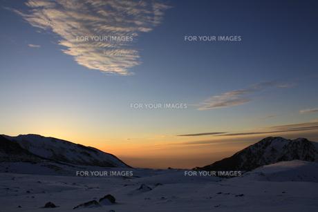 室堂からみた夕暮れの空(弥陀ヶ原方面)の写真素材 [FYI01225343]