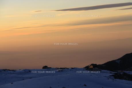 室堂からみた夕暮れの空(弥陀ヶ原方面)の写真素材 [FYI01225344]