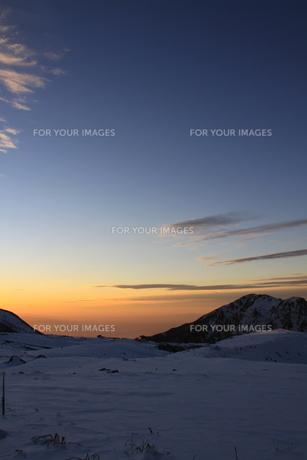 室堂からみた夕暮れの空(弥陀ヶ原方面)の写真素材 [FYI01225356]