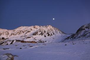 立山(雄山)と月の写真素材 [FYI01225385]