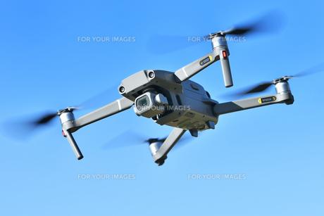 飛行中の小型ドローンの写真素材 [FYI01225545]