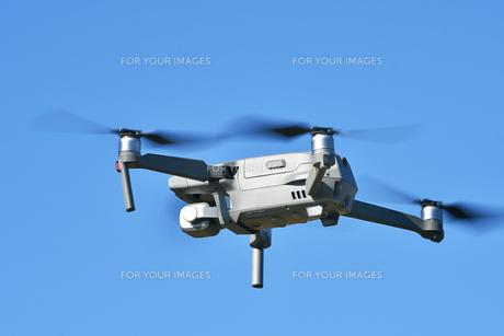 飛行中の小型ドローンの写真素材 [FYI01225546]