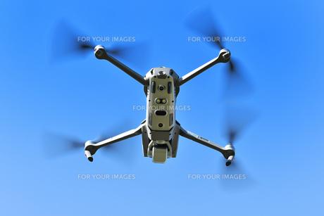 飛行中の小型ドローンの写真素材 [FYI01225547]