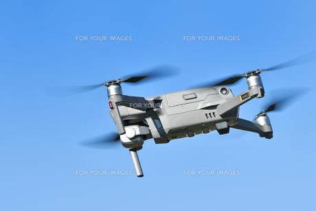 飛行中の小型ドローンの写真素材 [FYI01225548]