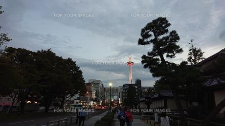夕闇と道とタワーの写真素材 [FYI01225577]