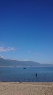 空と湖と釣人の写真素材 [FYI01225854]