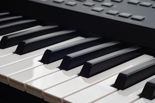シンセサイザー鍵盤の写真素材 [FYI01225975]