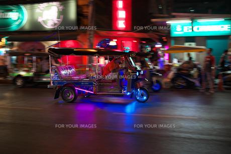 バンコクのパッポン通りの近くを走るトゥクトゥクの流し撮りの写真素材 [FYI01226423]