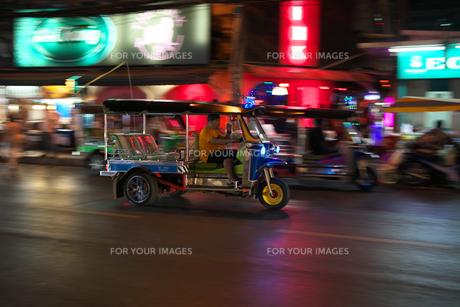 バンコクのパッポン通りの近くを走るトゥクトゥクの流し撮りの写真素材 [FYI01226424]