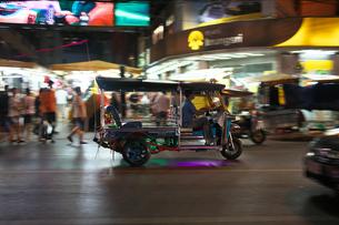 バンコクのパッポン通りの近くを走るトゥクトゥクの流し撮りの写真素材 [FYI01226426]