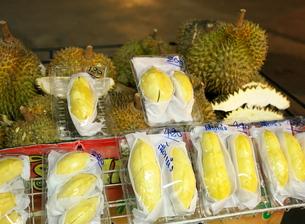 バンコクの中華街で販売されているドリアンの写真素材 [FYI01226480]