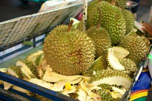 バンコクの中華街で販売されているドリアンの写真素材 [FYI01226481]