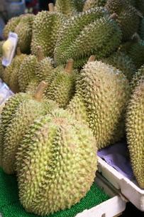 バンコクの中華街で販売されているドリアンの写真素材 [FYI01226482]