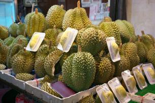 バンコクの中華街で販売されているドリアンの写真素材 [FYI01226483]