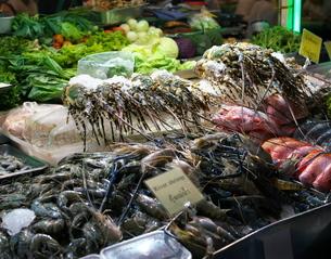 バンコクの中華街で販売されているロブスターの写真素材 [FYI01226557]
