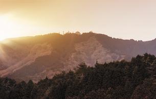 比叡山の夕日に赤く染まるガーデンミュージアム比叡のドームの写真素材 [FYI01226572]
