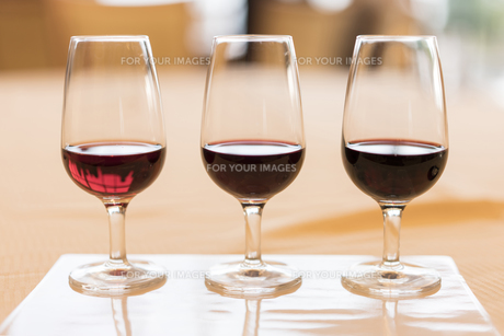 ヴィンテージ赤ワインのテイスティンググラスの写真素材 [FYI01226573]