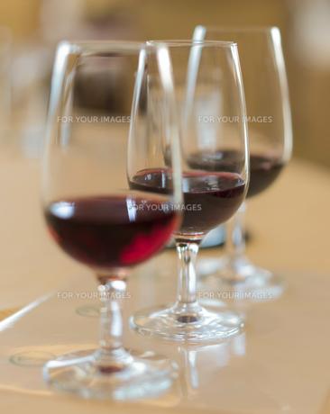ヴィンテージ赤ワインのテイスティンググラスの写真素材 [FYI01226574]